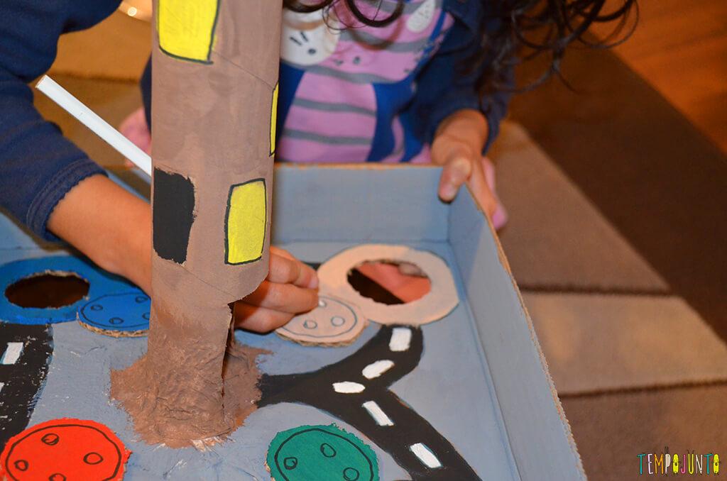 Um brinquedo para praticar a paciência e o sentido de direção - sofia desenhando