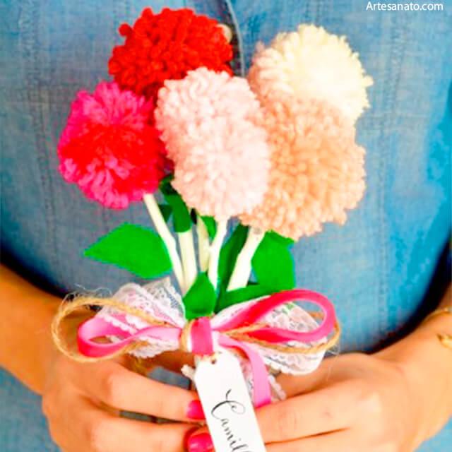 10 ideias de presentes feitos pelas crianças para o Dia dos Professores - flores de pompom