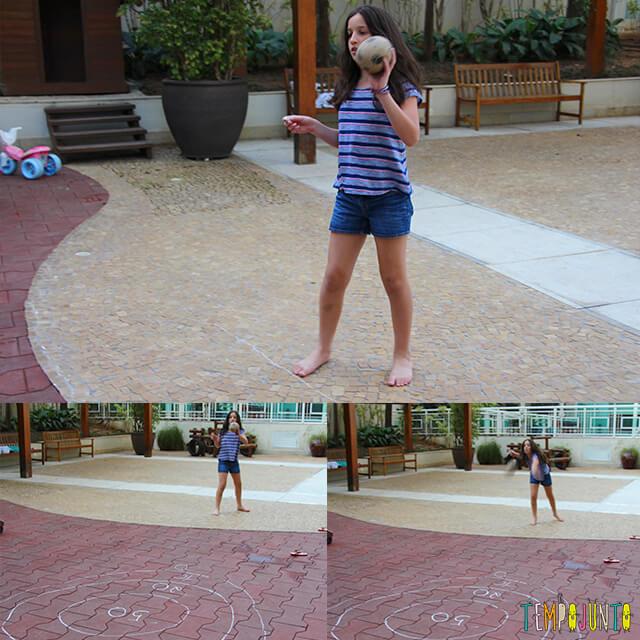 5 maneiras de brincar de acerte o alvo - carol arremessando a bolinha