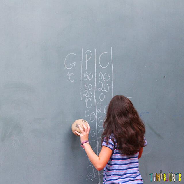 5 maneiras de brincar de acerte o alvo - carol marcando os pontos na parede