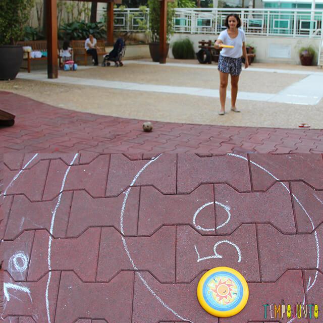 5 maneiras de brincar de acerte o alvo - patricia arremessando o frisbee