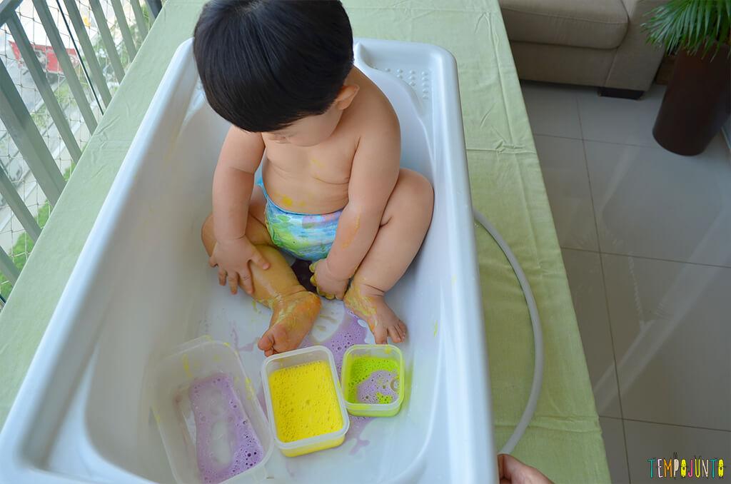 Brincadeira sensorial com espuma colorida para bebês - felipe todo sujo com as espumas