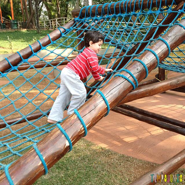 Brincadeiras divertidas para a coordenação motora das crianças - henrique no brinquedo de corda