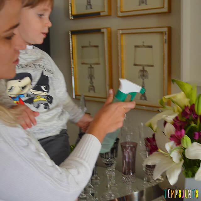 Como aproveitar a rotina da casa para brincar com o seu bebê - mariana e pietro regando as flores