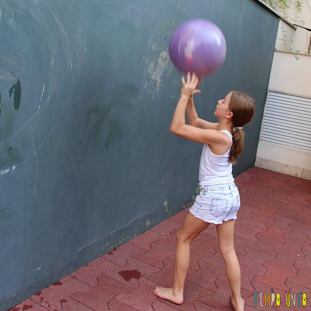 Como brincar de paredão - amiga da carol jogando a bola na parede