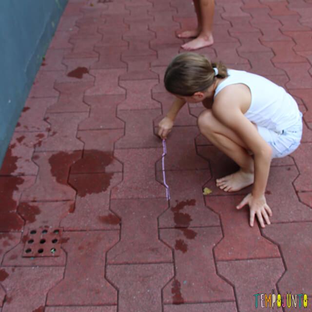 Como brincar de paredão - amiga da carol marcando a linha no chao