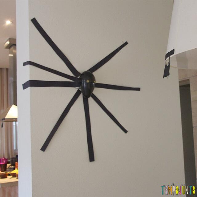 Como decorar uma festa de Halloween - parte 2 - aranha de fita isolante