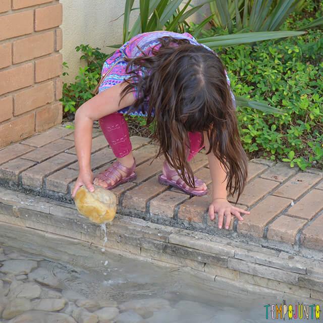 Como brincar com uma traquinagem de forma segura com as crianças - larissa quase caindo no laguinho