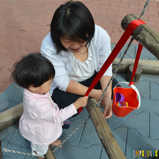 Despertar a curiosidade do bebê com uma brincadeira de causa e efeito - bebe brincando com o baldinho
