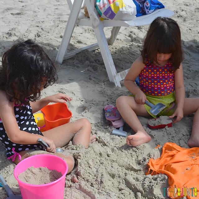 Dicas de estímulo sensorial e físico nas brincadeiras na praia - larissa e sofia brincando na praia
