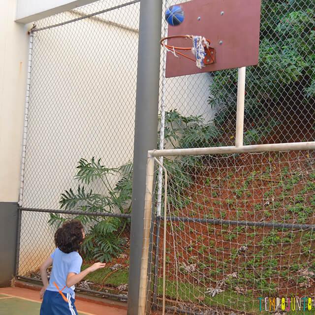 Jogo de basquete diferente para exercitar brincando - pocoyo acertando a cesta