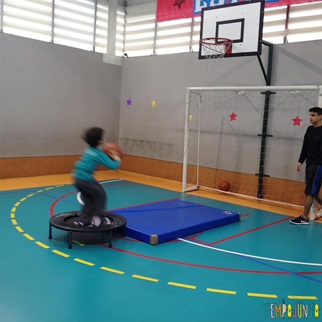 Jogo de basquete diferente para exercitar brincando - pocoyo arremessando na cama elastica