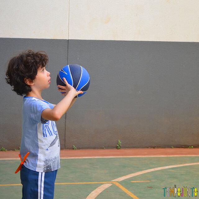 Jogo de basquete diferente para exercitar brincando - pocoyo arremessando