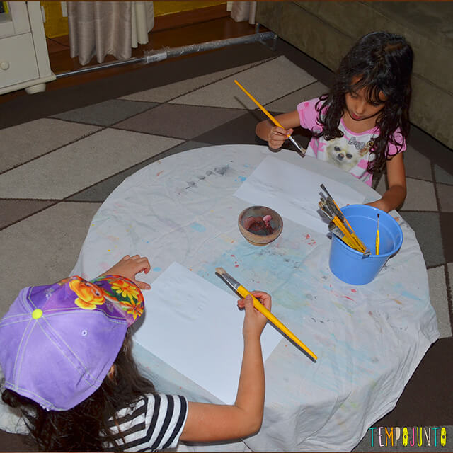 Tinta invisível para brincar de mensagem secreta - meninas pintando