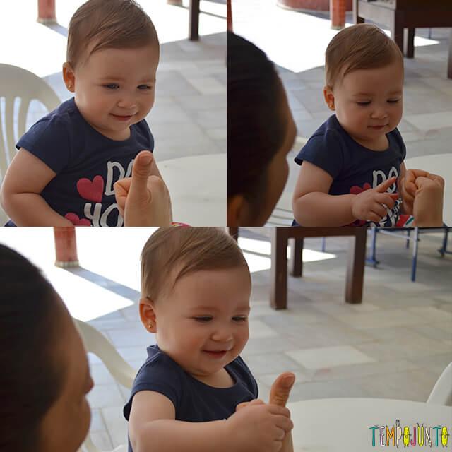 Esconde-esconde de dedão para estimular o cérebro do bebê - escondendo e mostrando o dedao