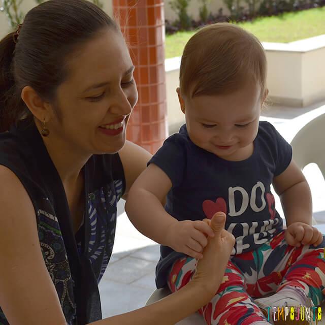 Esconde-esconde de dedão para estimular o cérebro do bebê - luisa com a mamae