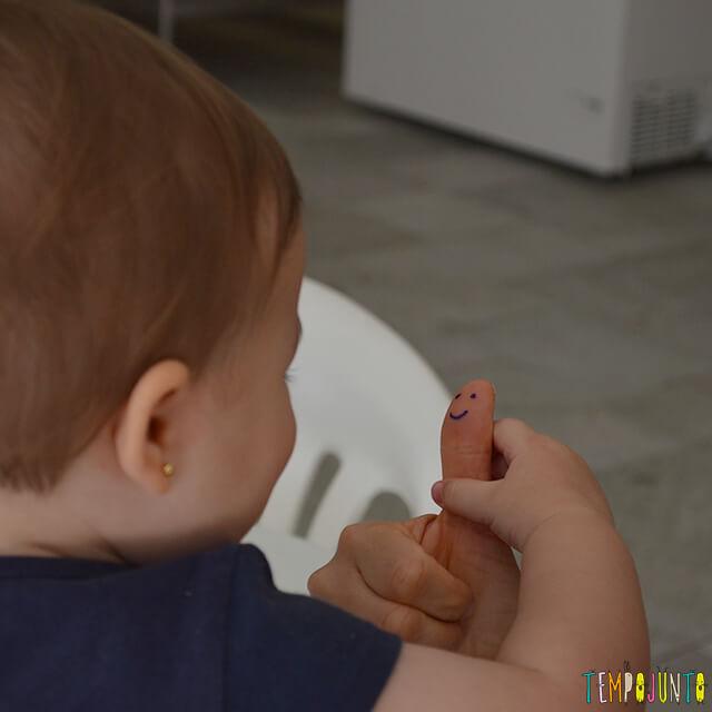 Esconde-esconde de dedão para estimular o cérebro do bebê - luisa com o dedao