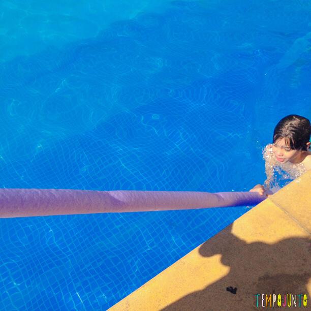 10 ideias divertidas para brincar na piscina_esqui na piscina