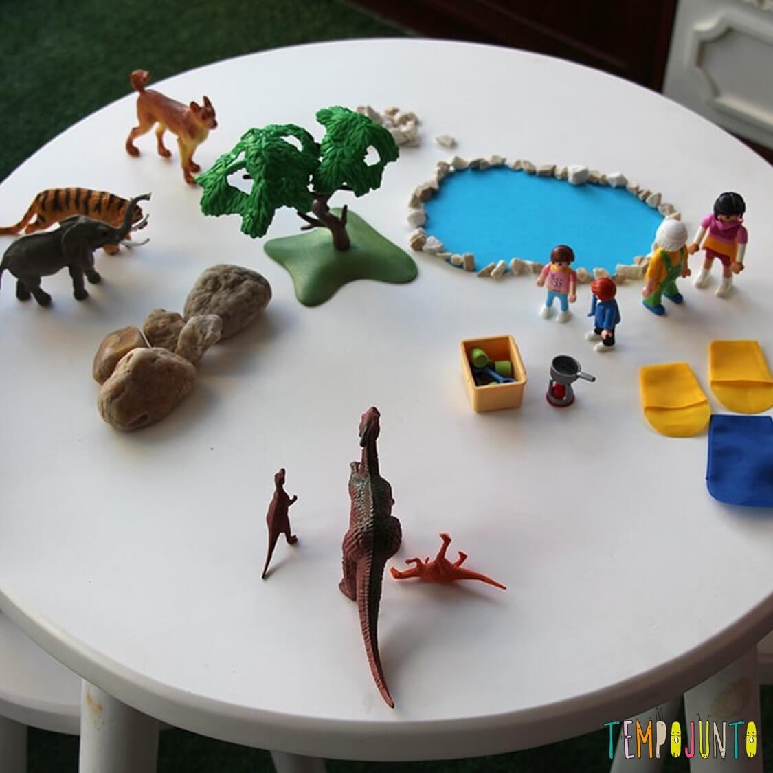 convite para brincar com bonecos, bichinhos e papel