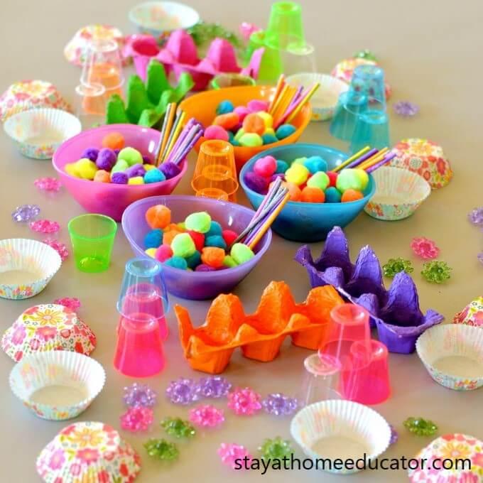 convite para brincar com pompons, caixas de ovos e forminhas
