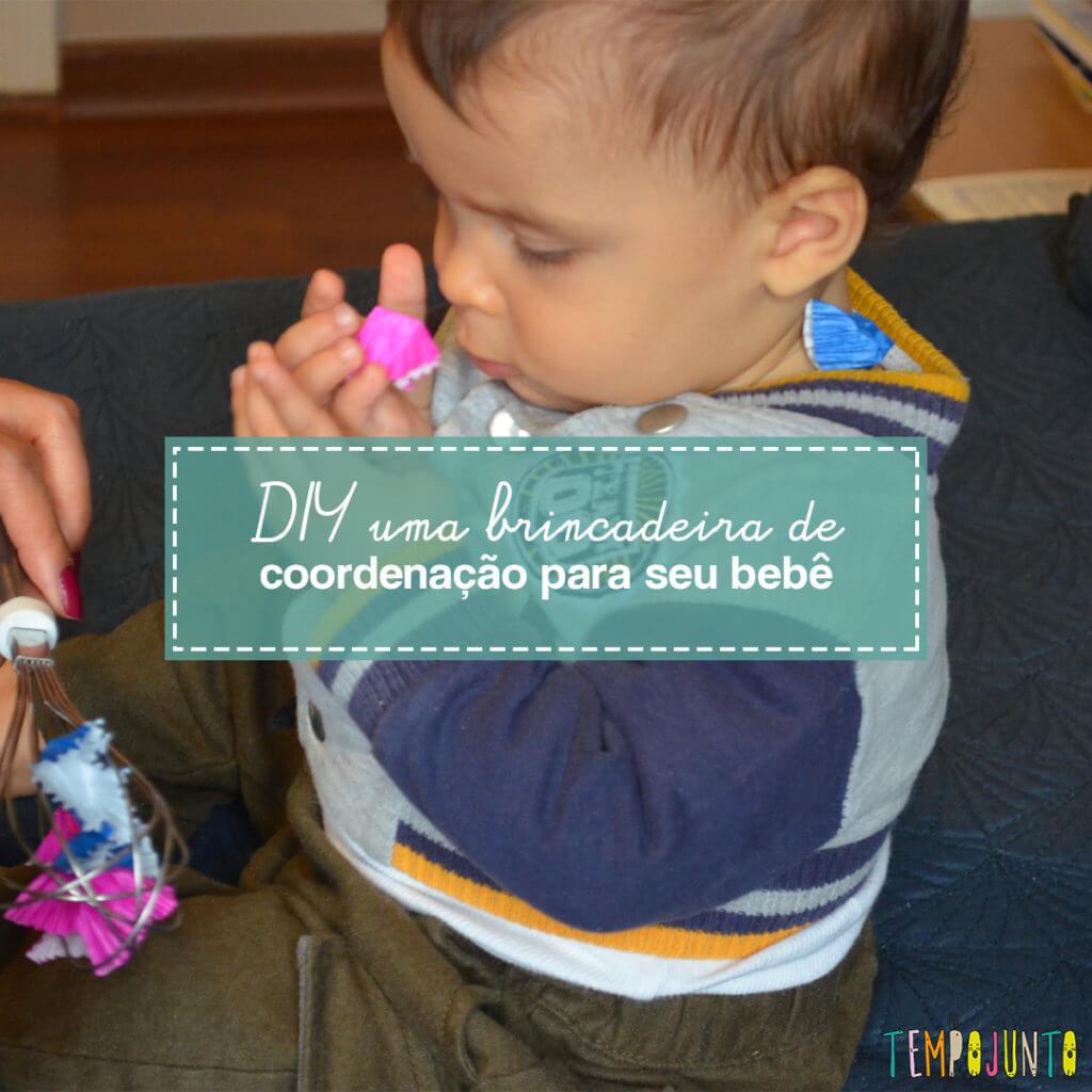 Brincadeira com objetos da casa de coordenação motora fina para bebês