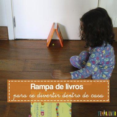 Brincar dentro de casa com livros e bolinhas