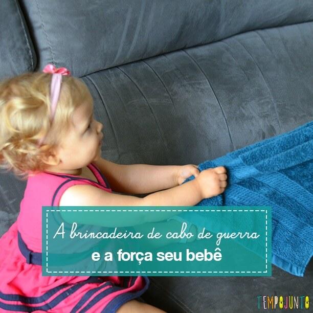 Brincadeira para estimular a força nas mãos e nos braços do bebê